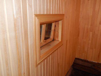 Приоткрытое окно в предбаннике