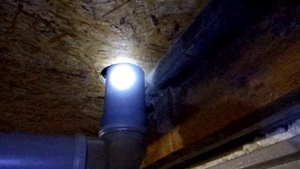 Вентиляционная труба под потолком