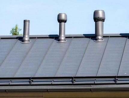Трубы различной конфигурации на крыше