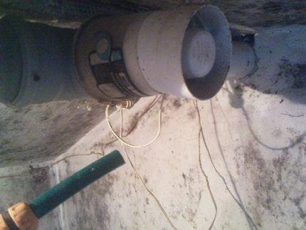 Вентилятор в сарае для животных
