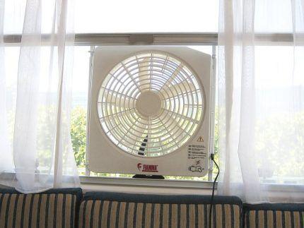 Временная установка вентилятора в окно