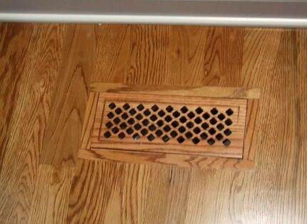 Вентиляционная решетка в полу деревянного дома