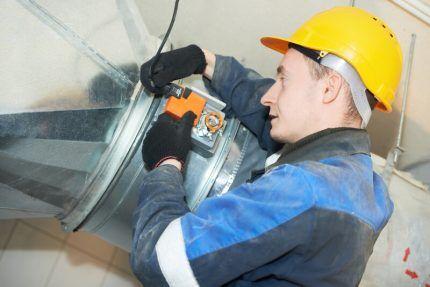 Специалист обследует воздуховод с помощью специальной видеотехники