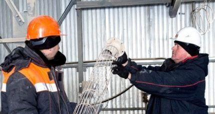 Работники выполняют замену рукавного фильтра