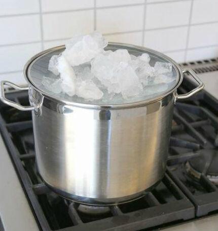 Охлаждение крышки льдом при дистилляции