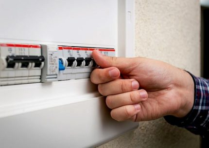 Автоматический выключатель на электрическом щите