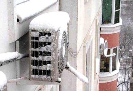 Замерзший внешний блок кондиционера