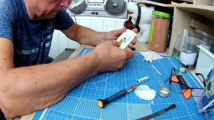 Мастер ремонтирует пульт кондиционера