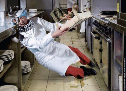 Повар подскользнулся на кухне