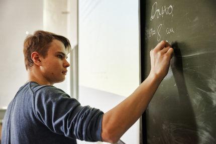 Ученик пишет на доске