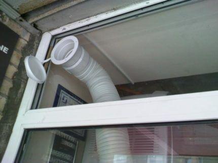 Спроектированное заранее отверстие в пластиковом окне