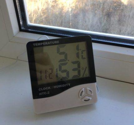 Электронный гигрометр на окне