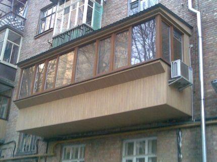 Сбоку балкона