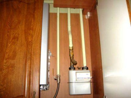 Замаскированный газовый счетчик и трубы