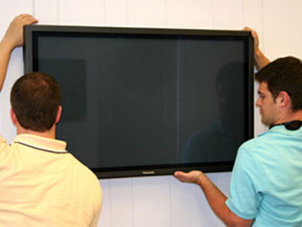 Процесс установки телевизора