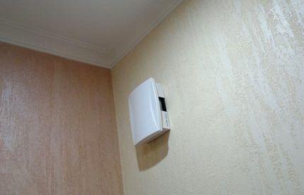 Электрический звонок на стене