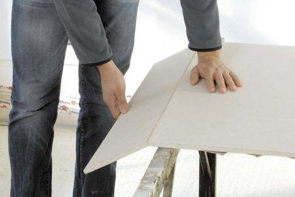 Попытка проломить гипсокартонный лист