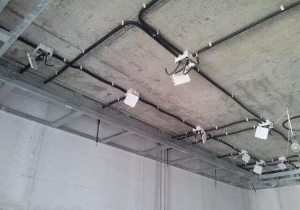 Расположение электропроводки на потолке