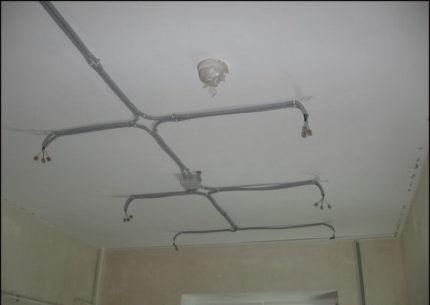 Провода в гофре на потолке
