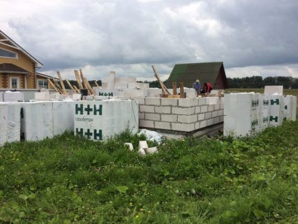 Строители возводят частный дом из газоблоков