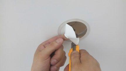 Процесс вырезания пленки внутри кольца
