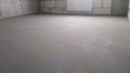 Пустая комната с бетонной стяжкой пола