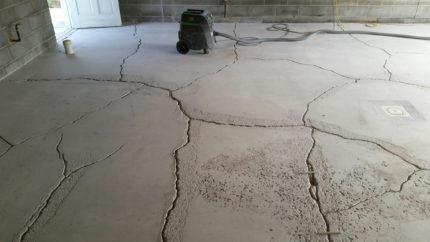 Растрескавшаяся бетонная стяжка пола