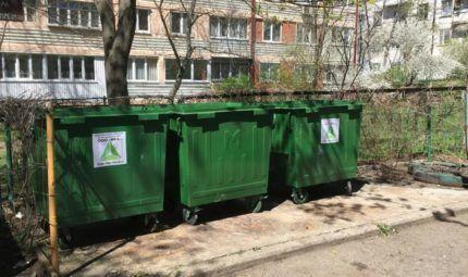 Мусорные контейнеры во дворе жилого дома