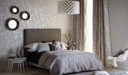 Спальня, оклеенная флизелиновыми обоями