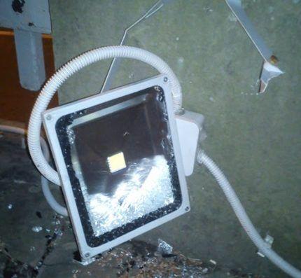 Разбитый светодиодный прожектор