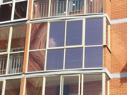 Балкон с тонированными окнами