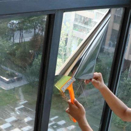 Нанесение пленки на окно