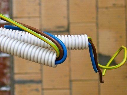 Гофрированная труба для изоляции проводов