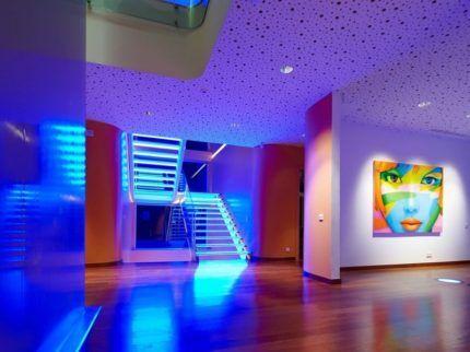 Синяя подсветка в холле