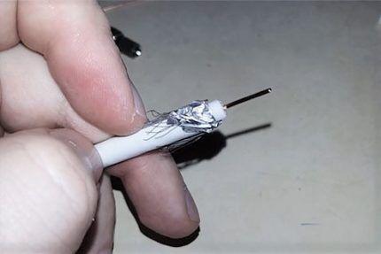 Оголенная жила антенного кабеля