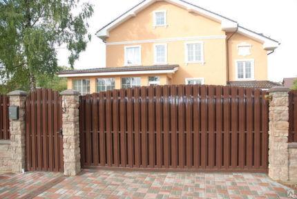 Ворота из коричневого евроштакетника