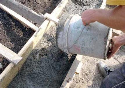 Заливка бетона в опалубку