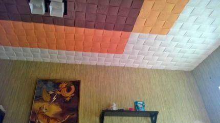 Потолок с окрашенной плиткой