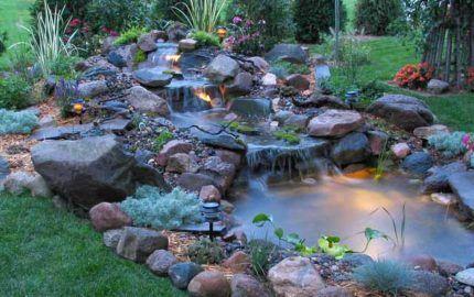 Декорированный пруд с каскадным водопадом и подсветкой