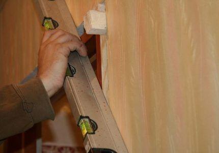 Выравнивание дверной коробки в проеме