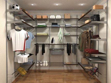 Металлические стойки в гардеробной