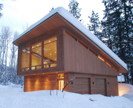 Равномерное скопление снега на односкатной крыше