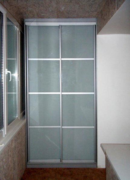 Шкаф с дверцами из матового стекла