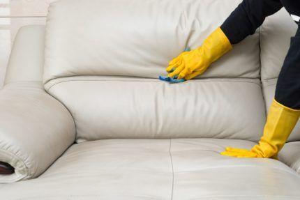 Чистка дивана в перчатках