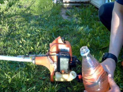 Аккуратно залить топливо в бензокосу