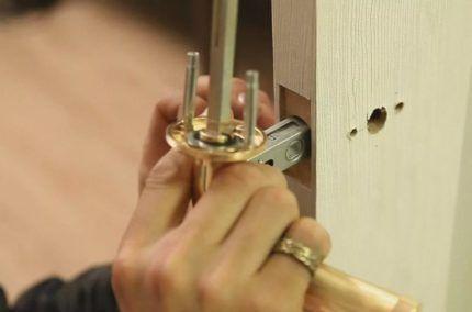 Отверстие под механизм защелки с торца двери