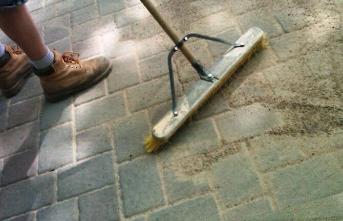 Песок на тротуарной плитке