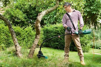 Скашивание травы триммером
