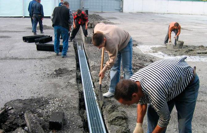 Монтаж лотков поверхностного водоотведения