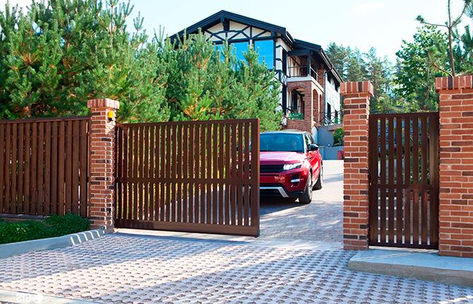 Откатные ворота на дачном участке